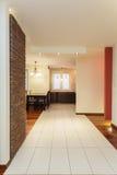 Rymlig lägenhet - korridor royaltyfri fotografi