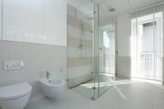 Rymlig ljus badrum royaltyfri fotografi