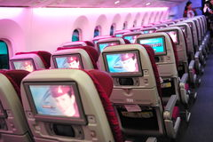 Rymlig och bekväm ekonomiklasskabin av Qatar Airways Boeing 787-8 Dreamliner på Singapore Airshow Royaltyfria Foton