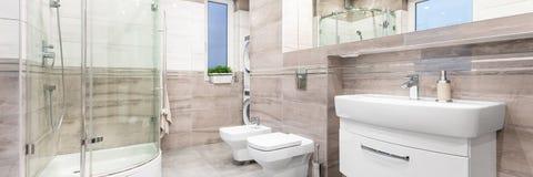 Rymlig och modern badrum royaltyfri fotografi