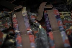 Rymlig ryggsäck för militär kamouflage I ramen av remmen och baksidan av en ryggsäck closen colors slappt övre siktsvatten för li arkivbilder