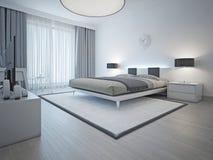 Rymlig samtida utformat sovrum Royaltyfri Bild