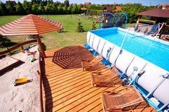 Rymlig trädgård med simbassängen Fotografering för Bildbyråer