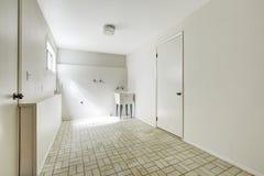 Rymlig tvättstuga i tomt hus Arkivfoto
