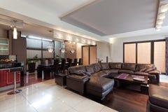 Rymlig vardagsrum i ett lyxigt hus Arkivfoto