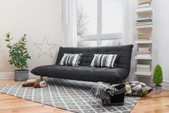 Rymlig vardagsrum med den moderna dekoren