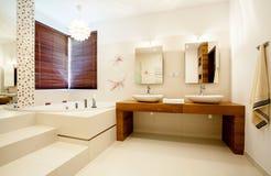 Rymligt badrum i modernt hus Arkivfoton