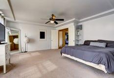 Rymligt ledar- sovrum med stor säng royaltyfria bilder