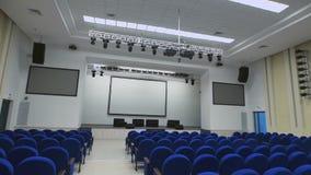 Rymligt modernt konferensrum med överflöd av placeringstället, utrustningprojektor för presentationer Kameran flyttar sig ner stock video