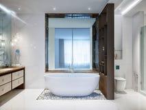 Rymligt och ljust modernt badrum Fotografering för Bildbyråer