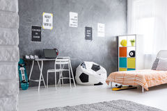 Rymligt och minimalistic pojkerum Royaltyfria Foton