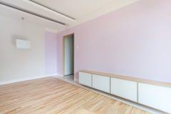 Rymligt rum i pastellfärgade färger arkivbild