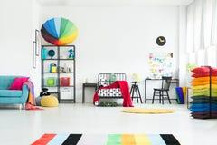 Rymligt sovrum för regnbågeunge` s royaltyfria bilder