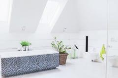 Rymligt vitt badrum arkivfoton