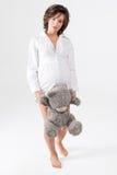 rymma den gravida slappa toykvinnan Nätt bärande nallebjörn för ung kvinna arkivfoton