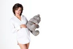 rymma den gravida slappa toykvinnan Nätt bärande nallebjörn för ung kvinna Fritt avstånd för text arkivfoton