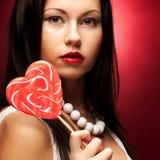 rymma den isolerade nätt vita kvinnan för lollypop ung Arkivbild