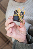 Rymma en gåvapacke Royaltyfri Fotografi