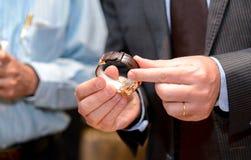 Rymma en klocka i händerna royaltyfria foton