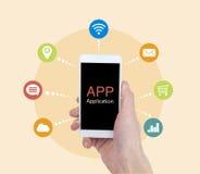 Rymma en smartphone genom att använda mobila applikationer, post, shopping, GPS positionering, moln som beräknar, WiFi, stora dat Fotografering för Bildbyråer