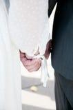 Rymma för nygift personhänder Arkivbild