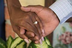 Rymma händer och att tycka om koppling Royaltyfri Foto