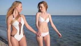 Rymma händer promenerar flickvänner nära havet, härliga flickor lager videofilmer
