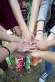 Rymma händer tillsammans. Royaltyfri Fotografi