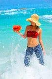 rymma skivavattenmelonkvinnan ung fotografering för bildbyråer