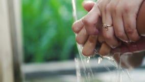 Rymmande och tvättande dotterhand för kvinna under en vattenkran stock video