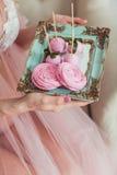 Rymmer barnet, den mjuka kvinnan en kaka i henne händer royaltyfria bilder