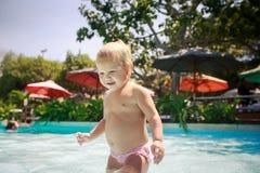 rymmer den lilla blonda flickan för closeupen polen i grund hotellpöl Royaltyfri Bild