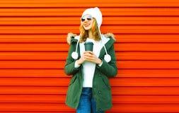 Rymmer den lyckliga le kvinnan för mode kaffekoppen på den röda väggen fotografering för bildbyråer