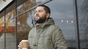 Rymmer den stiligt barn uppsökte mannen en kopp dricka varmt drinkkaffe eller te i höst utomhus stock video