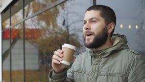 Rymmer den stiligt barn uppsökte mannen en kopp dricka varmt drinkkaffe eller te i höst utomhus lager videofilmer