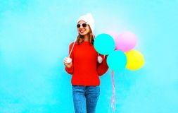 Rymmer den unga le kvinnan för mode ballonger för en luft på ett färgrikt royaltyfri fotografi
