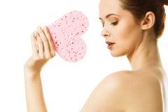 Rymmer nakna skuldror för kvinna den rosa hjärta formade svampen Royaltyfria Foton