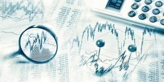 Rynek finansowy z magnifier i kalkulatorem obraz stock