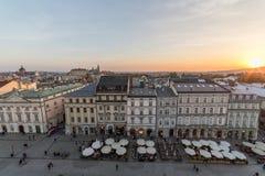 Rynek Glowny huvudsaklig fyrkant i Krakow på solnedgången arkivfoton