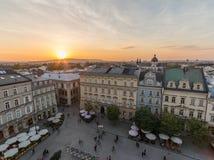Rynek Glowny huvudsaklig fyrkant i Krakow på solnedgången arkivbilder