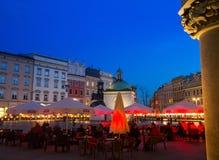 Rynek Glowny (place du marché) dans la nuit Rynek Glowny - approximativement 40.000 m2 sont la plus grande place médiévale en Eur Images stock