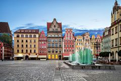 Rynekvierkant met oude kleurrijke huizen en fontein in Wroclaw, stock foto's