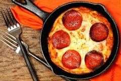Rynienki Peperoni pizza na stole Zdjęcia Royalty Free
