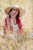 Rynka pannan den unga höga kvinnan i harmoni med naturen Royaltyfri Foto