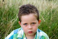 Rynka pannan stund för SAD pojke som framåt ser Royaltyfri Fotografi