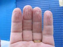 rynkade fingrar Arkivbild