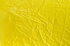 Rynkig gul torkduk som bakgrund Arkivfoto