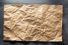 Rynkigt papper på trä Royaltyfri Bild