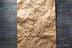 Rynkigt papper på trä Royaltyfria Foton