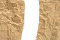 Rynkigt sönderrivet kraft papper arkivbild